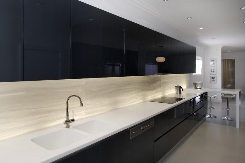 Muebles con Solid Surface para baños de hoteles o comercios